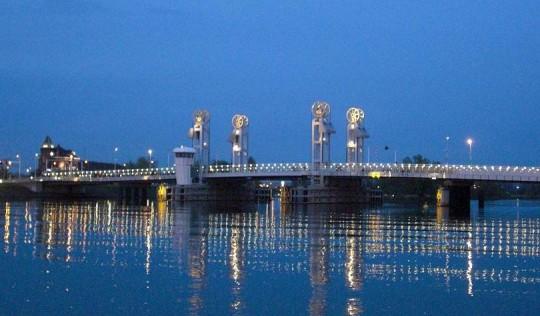 Kamper brug met gouden wielen